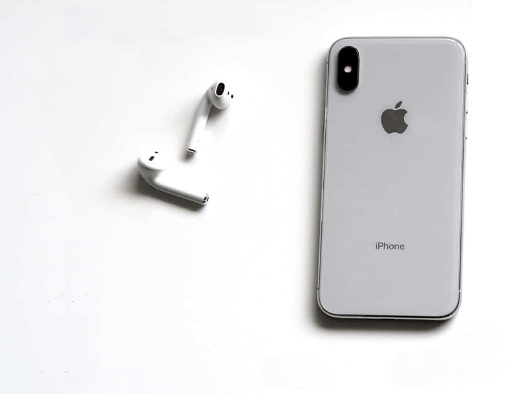 Graues iPhone mit wireless Kopfhörern