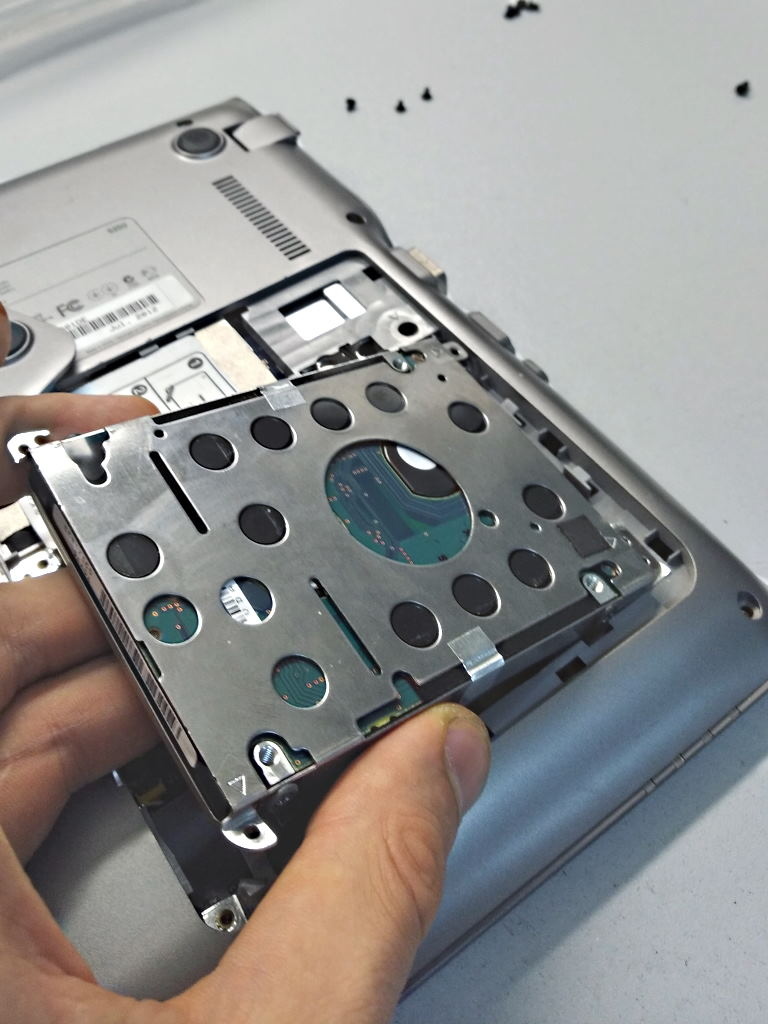 Laptop Festplatte in geoeffnetem Wartungsfach