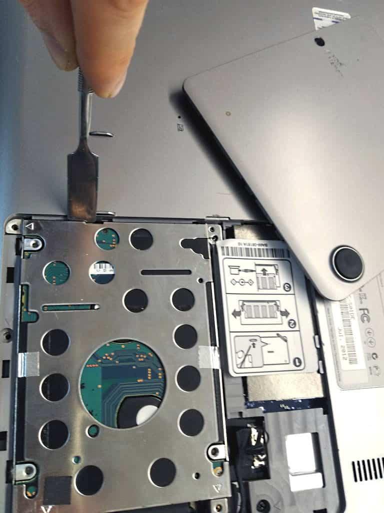 Festplatte wird aus Laptop ausgebaut